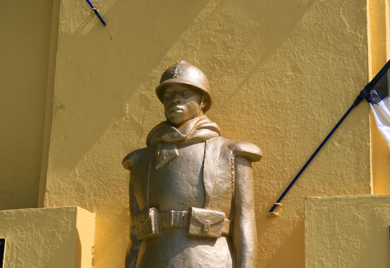 Baie-Mahault, war memorial, Caribbean style features, helmet of colonial troops
