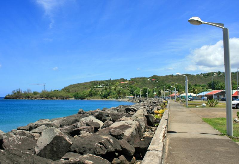 Deshaies: the boulevard runs along the Anse Ferry
