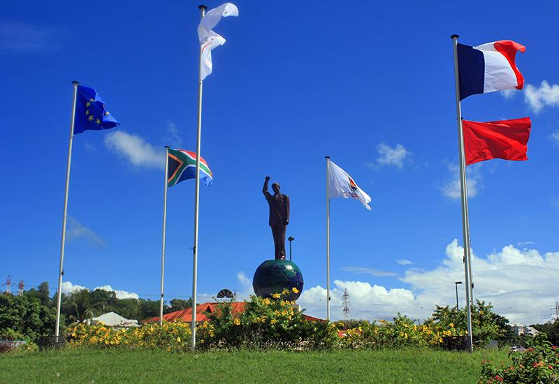 Located at the roundabout of Petit-Pérou: the statue of Nelson Mandela